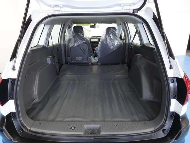 後部座席を倒すと長尺物もラクに積める長さで、横幅のある荷物にも対応できるワイドな空間になります!
