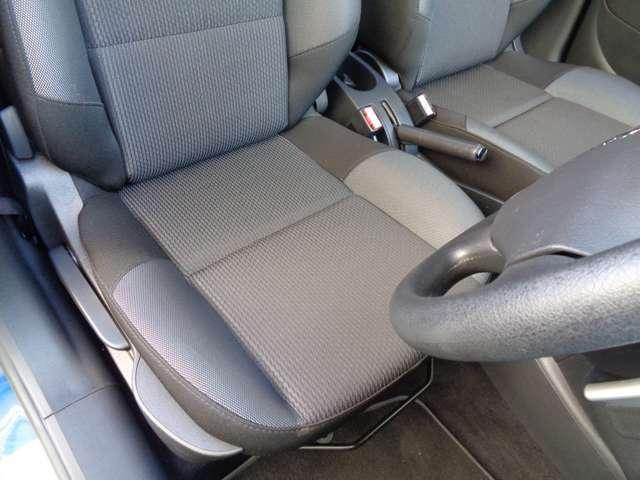 運転席ドアを開閉し座面のコンディションはシミ一つ無い綺麗な状態のグッドコンディションをキープ出来ております。サイドの使用感も無く、シミや焼け焦げ穴などは一切御座いません。品質に自信アリ程度良好の207