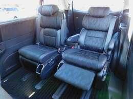 プレミアムクレードルシート・背もたれを倒すと連動して座面前部が持ち上がり、姿勢を優しくホールド。ゆとりのロングスライド機能や背もたれの中折れ機構、内蔵式オットマンも装備したシートです