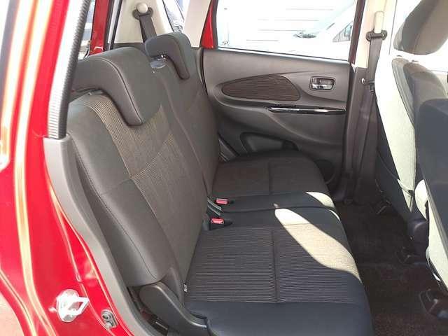 ◆リヤシートは、ふくらはぎをサポートする前傾斜形状のシートを採用!メイン生地をクッション前部まで張り込み、快適さだけでなく、上質感を高めています。まるでオットマンのような座り心地のリヤシートです!