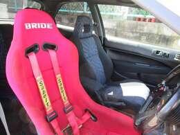 ブリッドの赤フルバケにサベルトの4点ベルトを装備!今すぐサーキットデビューできちゃいます♪