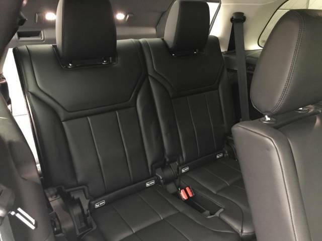 すべての座席で快適な時間をすごせるディスカバリー。オプションの電動3列目シートはレッグスペース851mmを確保!大人が7人乗っても快適なドライブをご満喫いただけます。前席モニターより操作も可能!