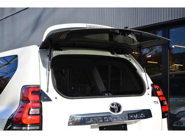 リアバックドアの開閉とは別にバックガラスが開閉するので狭い駐車場での荷物の出し入れが容易です!