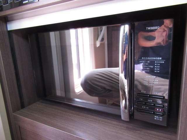 シャッター付きの収納スペースに電子レンジを設置しております!