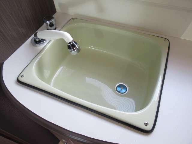 キッチンにある蛇口は引き出し式のシャワーフォーセットです。窓から引き出せば外部シャワーとして使用できます。