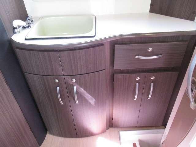 エントランスを入ってすぐあるリアキッチンシステムはとっても便利です。
