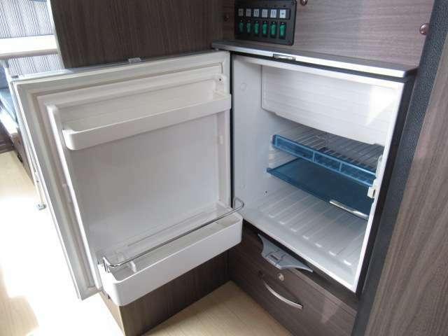 インテリアにマッチした大型の65L冷蔵庫が標準装備。