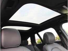 パノラミックスライディングルーフで明るい車内をお楽しみいただけます。100%UVカットですので日差しの強い日も安心です。