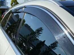 純正サイドバイザー(税抜き¥34,000円+工賃)も装着しています。雨天時にも車内の空気の入れ替えが可能です。