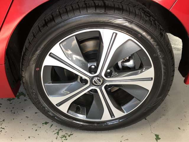 17インチのアルミホイール★シルバーとグレーの組み合わせがおしゃれでタイヤを大きく見せます!