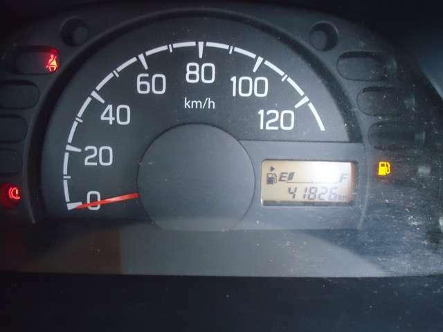 スピードメーターは余分な情報が無く、見やすいと思います。