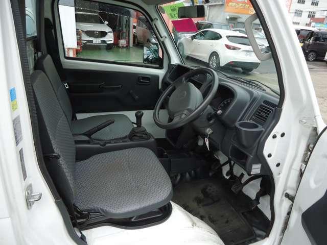内装はツーシートですが、天井が高く、運転しやすいと思います。