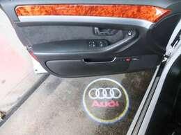 運転席&助手席はドア開閉時にアウディロゴのイルミネーションが足元に輝きます!!