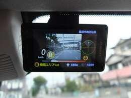 ユピテル製レーダー探知機もフロントガラス上部に設置しております。