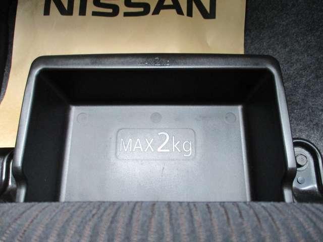 助手席シートアンダーボックス。サイズも大きいのでたくさん収納できます。