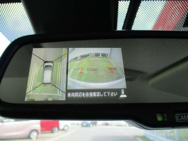 車両後方のカメラ映像をミラーに映し出せます。車内の状況や天候に左右されず、いつでもクリアーな後方視界が得られます