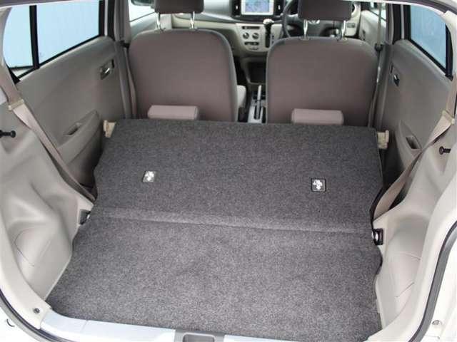後席の背もたれを倒すとフラットな荷室が、さらに広く大きくお使いいただけます!