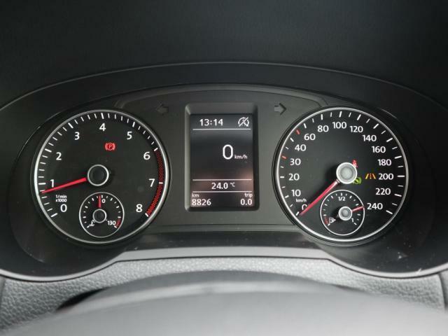 視認性の良いメーターは中央の液晶ディスプレイで平均燃費や車速などのドライビングデータを選択して表示可能です。
