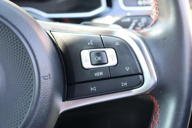 (ステアリングリモコン付)ステアリングリモコン付き本革巻きステアリングです。視線をそらさずにオーディオや燃費表示の操作が可能です。