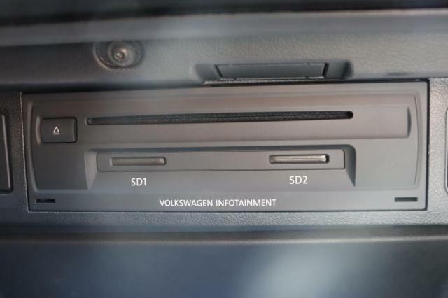 (CD/DVDSDカードスロット)グローブボックス内に各スロットがございます。