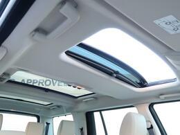 【パノラミックルーフ】車内に気持ちいい自然光が差し込み、頭上に広がる風景をお楽しみいただけます。快適な車内温度を維持し日差しから乗員とインテリアを守るダークカラーのガラス。ブラインド付き!