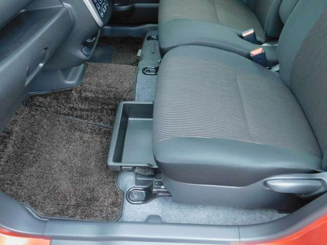 助手席の座面の下には収納スペースを完備!