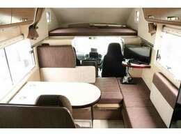 乗車7名就寝5名 ご家族での車中泊も可能な広々とした内装です☆