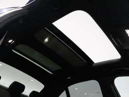 【開放感あふれるサンルーフ】2枚のガラスルーフから見える空と溢れる光が、乗る人全てに大きな開放感をもたらします。チルトアップ時に車速が上がるとルーフの角度を調節してノイズを減少させるなどの機能付き。