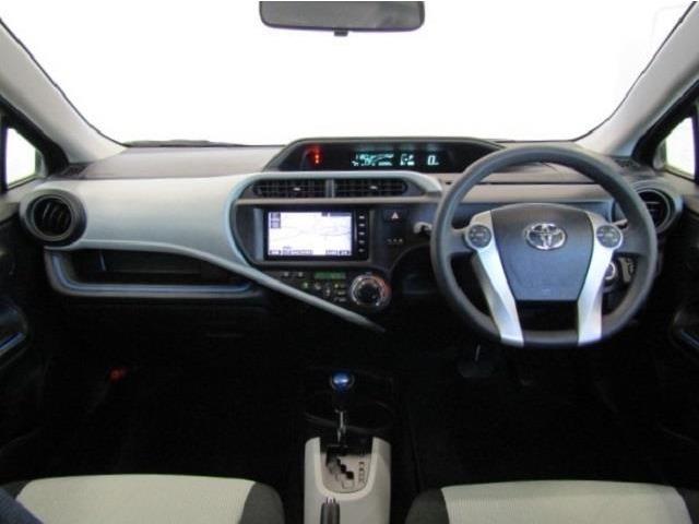 センターメータはフードが低く運転席からの視界が良く、助手席からもメーターの情報を見ることができます。操作ボタンやダイヤルが届きやすい位置に配備されており利便性も良く使いやすい運転席周りです。