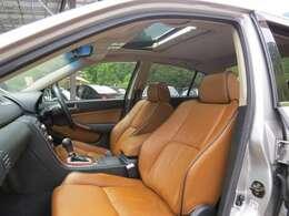車内をご覧ください!オレンジの座席でおしゃれですね!ふわふわのシートで座り心地とってもいいです!