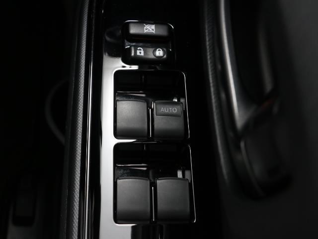 パワーウィンドウのスイッチですよ。 運転席に居ながら窓を開け閉めのコントロールできますよ。 ロック機能で、子供がイタズラして窓を開けるという事も無くなりますよ。