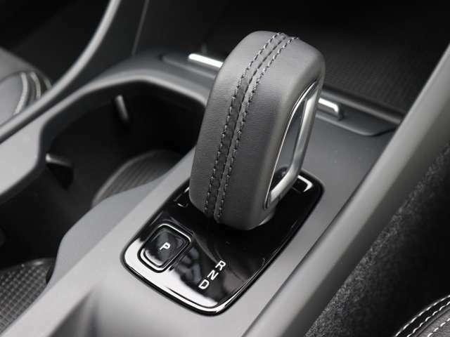 加減速を自在に操ることが可能なマニュアルモード付8速AT。 急な下り坂でのエンジンブレーキや、時にはスポーティなドライビングをお楽しみいただくことも可能な機能が備わっています。