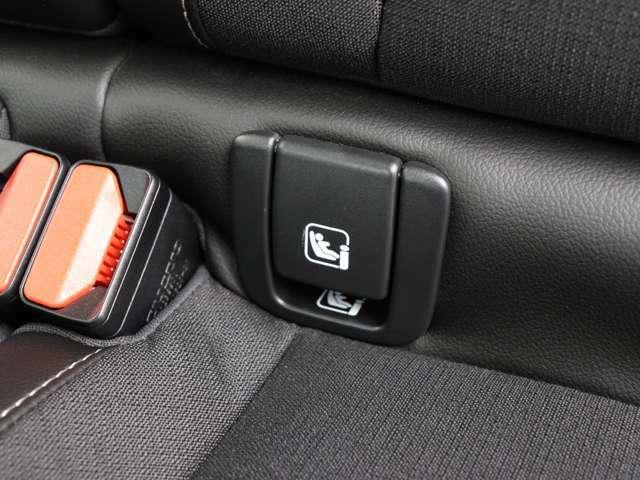 後部座席にもアームレスト及びドリンクホルダーが搭載されます。また後席2座はチャイルドシートジョイントの国際規格「ISO FIX」準拠により各社モデルがワンタッチで着脱可能となっております。