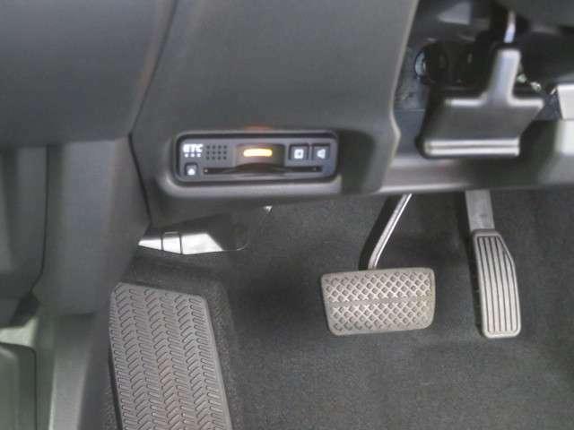 運転席足元にETCがございます。別途、再セットアップが必要になります。