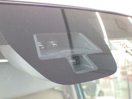 ☆デュアルセンサーブレーキサポート☆前方の車両や歩行者を検知し、衝突のおそれがあると判断し、ブザー音やメーター内の表示によってドライバーに警告、衝突の可能性が高まると自動でブレーキが作動します。