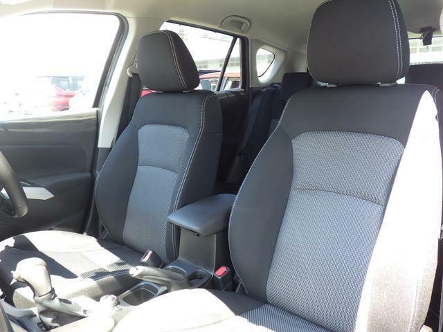 厚みがあり、ロングドライブも快適なフロントシート。