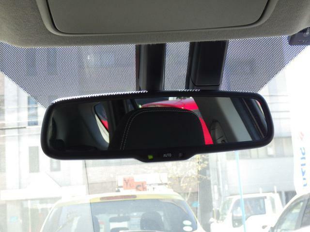 後続車のヘッドライトの眩しさを検知すると、鏡面の反射率を制御し、防眩効果を発揮。良好な後方視界を確保します。