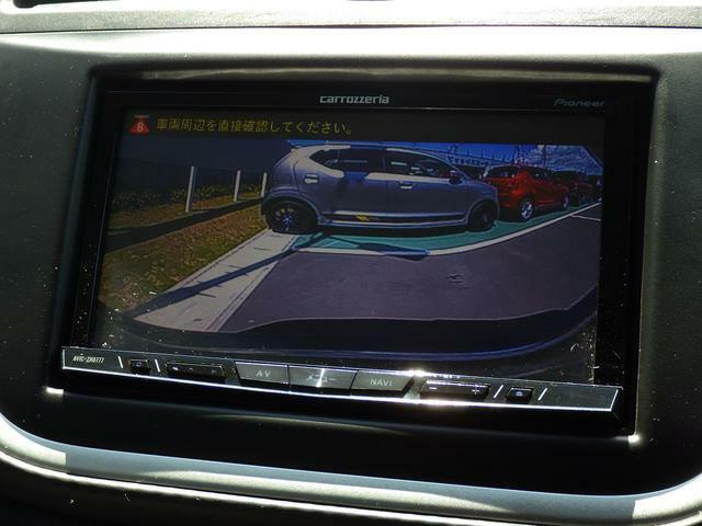 バックカメラを装備しています。サイドミラーだけでは見えにくい車両真後ろを ナビ画面で確認できます。