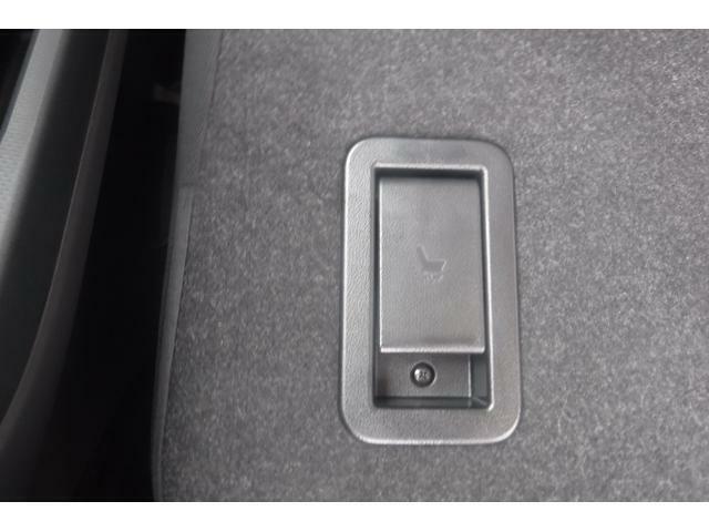 リヤシート背面のレバーで荷室からのスライド操作も可能♪