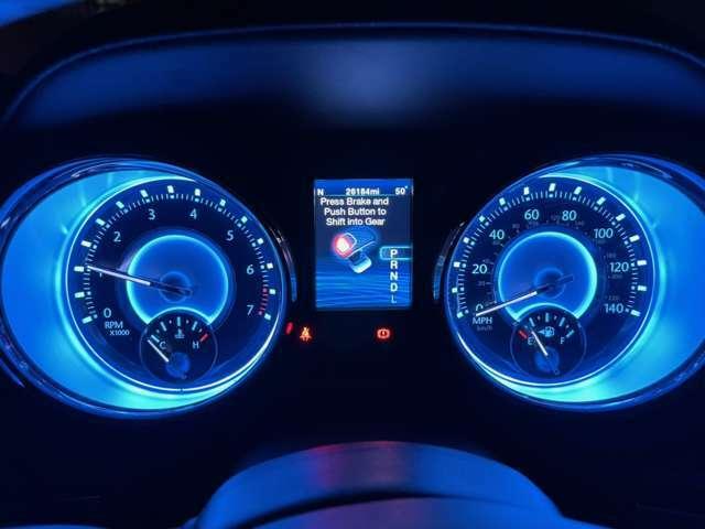 インストルメント・パネル。クライスラーならではのデザイン。モニターの増設、追加やオーディオ各種カスタムも承っております。