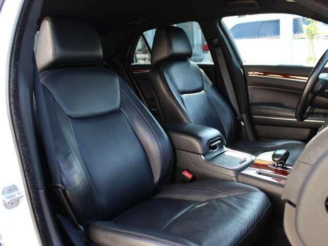 黒本革シート。シートのシワ、ヘタリなどなくハリのある状態を保っております。フロントシートはパワーシート・シートヒーター機能が装備されております。