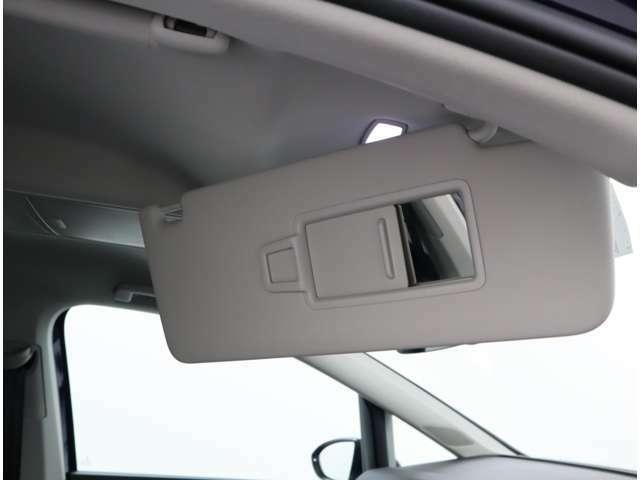 メイクアップミラー付きサンバイザー、ミラーの扉を開けるとランプが点灯いたします。