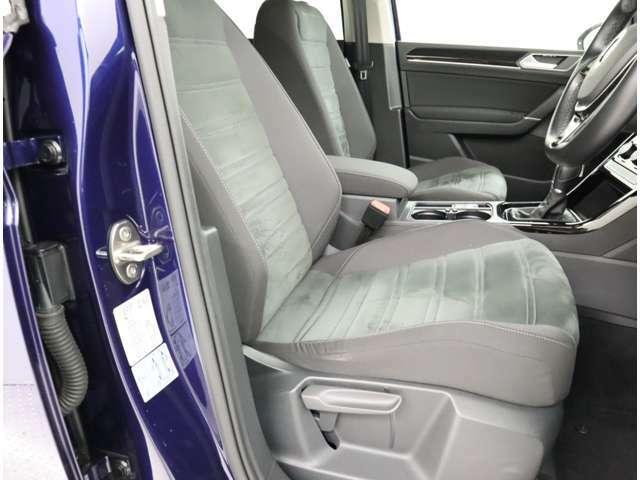 ゆったり座れるフロントシートは、長時間の移動も疲れにくく、快適なドライブを楽しめます。
