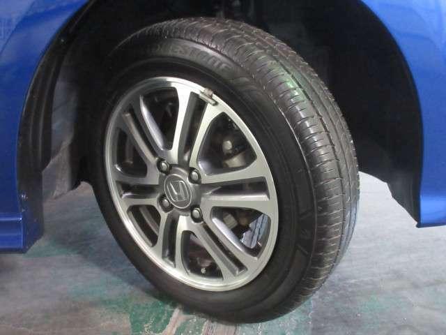 タイヤは ブリヂストン エコピア 5分山程度 2018年製がついています。そして足元を精悍に引き締める純正14インチアルミホイール、おしゃれは足元から、カッコイイですね!
