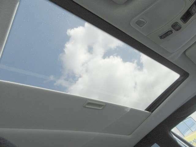 スライディング&電動サンルーフ装備!電動スイッチを押すと天窓が開くので、景色を見渡して解放感のあるドライブができますよ(*^-^*)