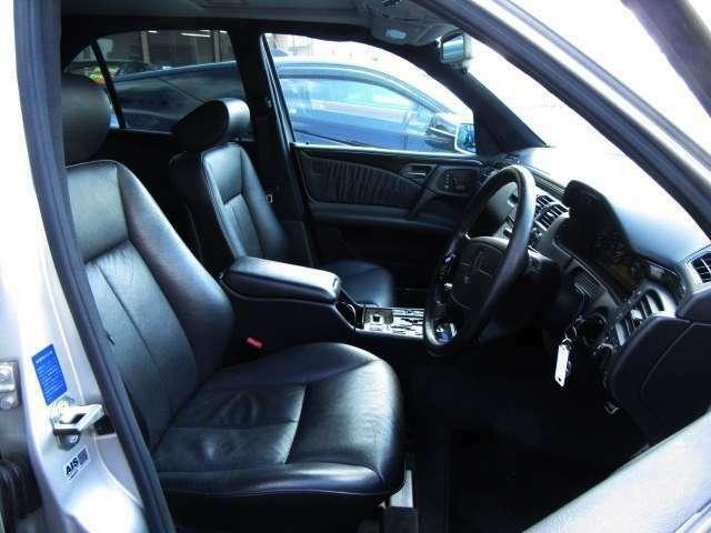 高級車といえば!全席黒本革シート!!内装にもマッチしていて高級感もアップ♪またフロント席はパワーシート設計なので細かい座席調整もできますよ♪