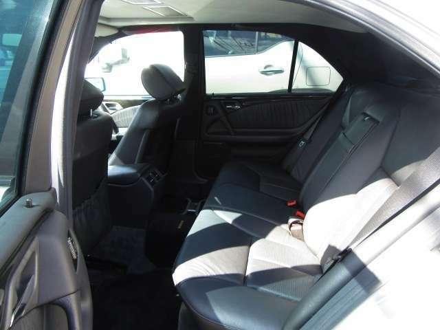 後席も充分にくつろげる室内空間になっています♪5人フルでドライブでも快適です!!