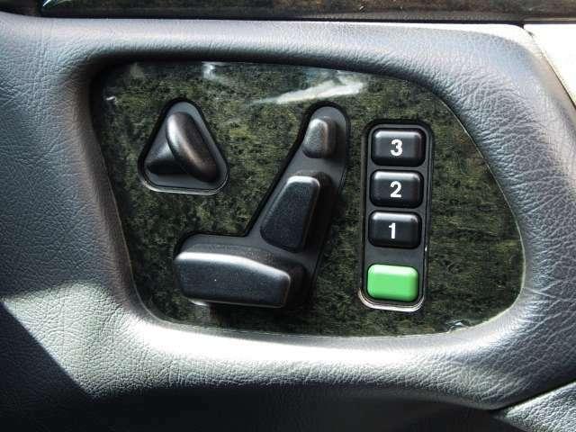メモリーシート機能でいつでもベストポジションで快適運転♪助手席にもあります♪