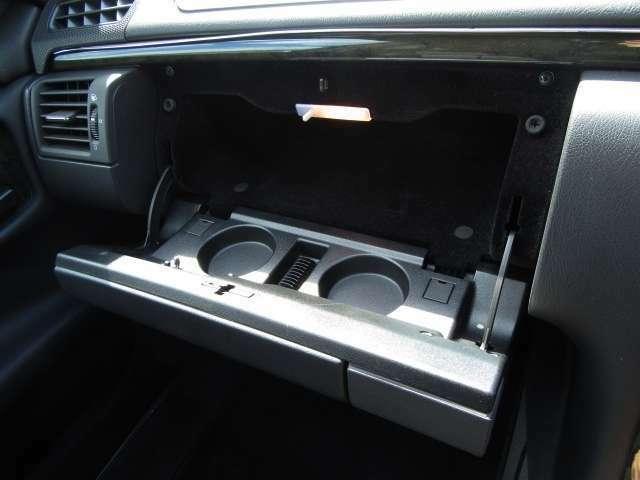 車検証やボックスティッシュなどもしっかり収まる照明付グローブボックス!!ドリンクホルダー2個付きです♪