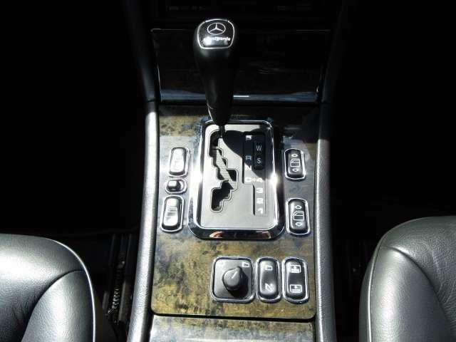 木目調パネル&シルバーメッキ加飾が特徴的なフロア5AT!!電動格納式ドアミラースイッチ、電動リヤシェードスイッチ!